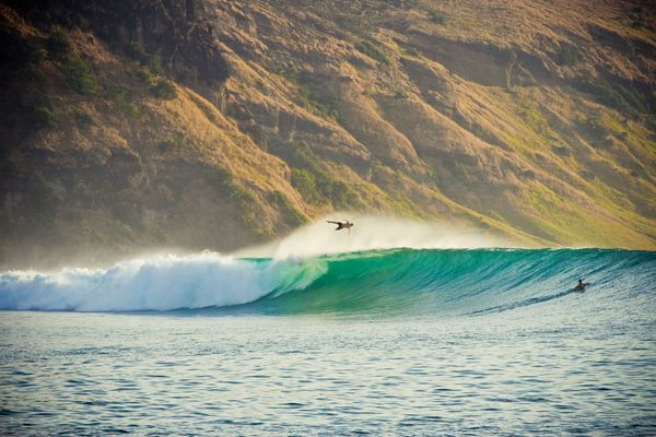 national-geographic-travel-photo-24-surfer-indonesia